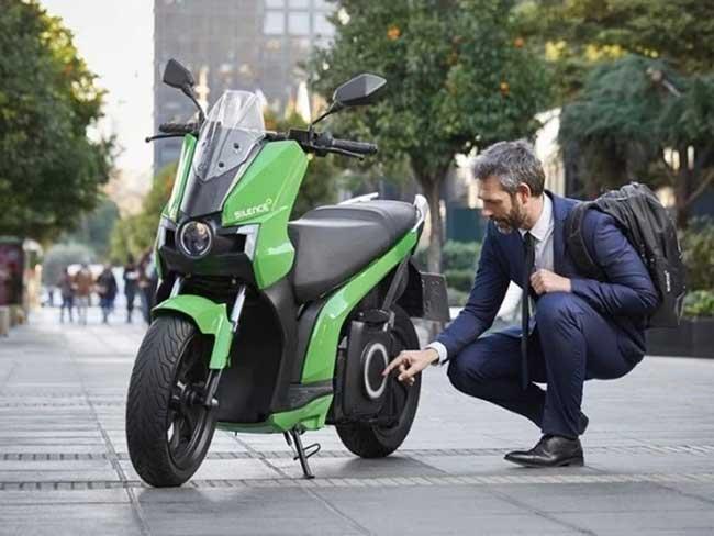 Vue scooter électrique Silence S01 vert et noir - son conducteur test la charge de la batterie